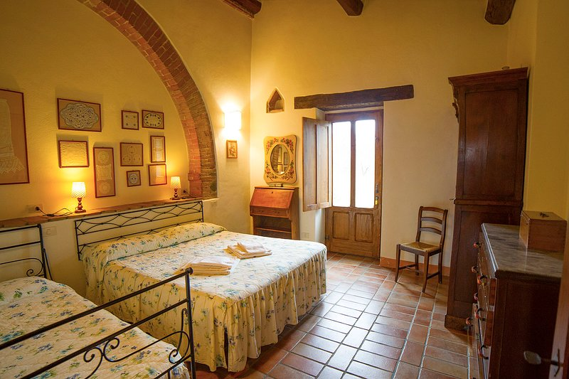 'Olivo'. Large apartment in old Tuscan farmhouse with brethtaking views, holiday rental in Radicofani