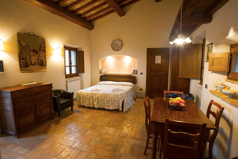 'Quercia Suite'. Romantic studio in old farmhouse with pool in Val d'Orcia, holiday rental in Radicofani