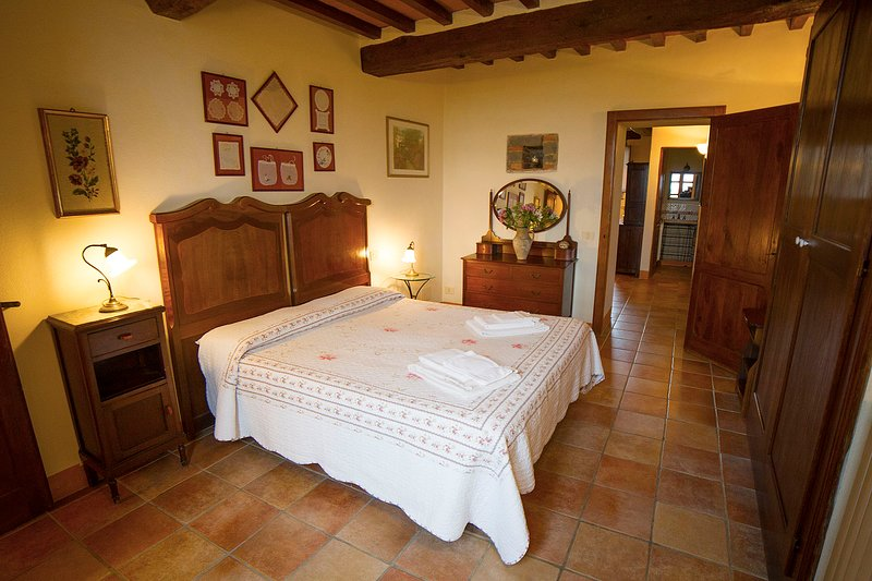 'Pozzo'. Family apartment in Pietreta, old farmhouse with pool, holiday rental in Radicofani