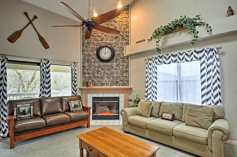 Entspannen Sie sich und verjüngen Sie in diesem 4-Bett, 3-Badezimmer Branson Ferienhaus am See!