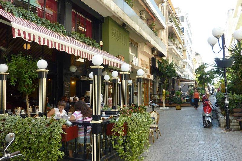 L'appartement est situé au Pireas meilleur quartier :)