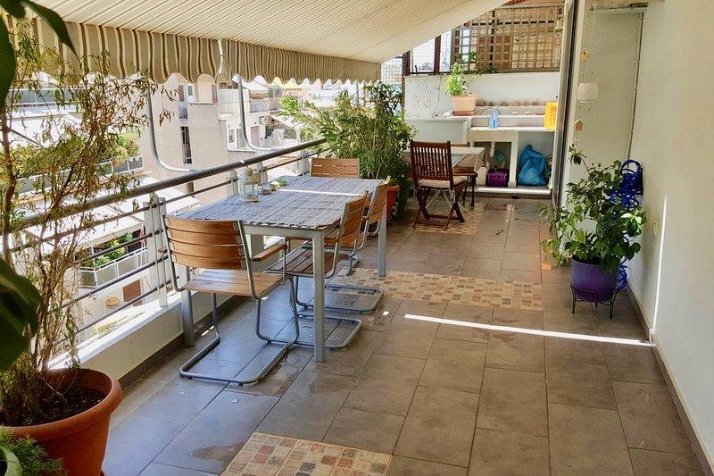Beautiful and quiet, great terrace, superb location by Athens port., location de vacances à Piraeus