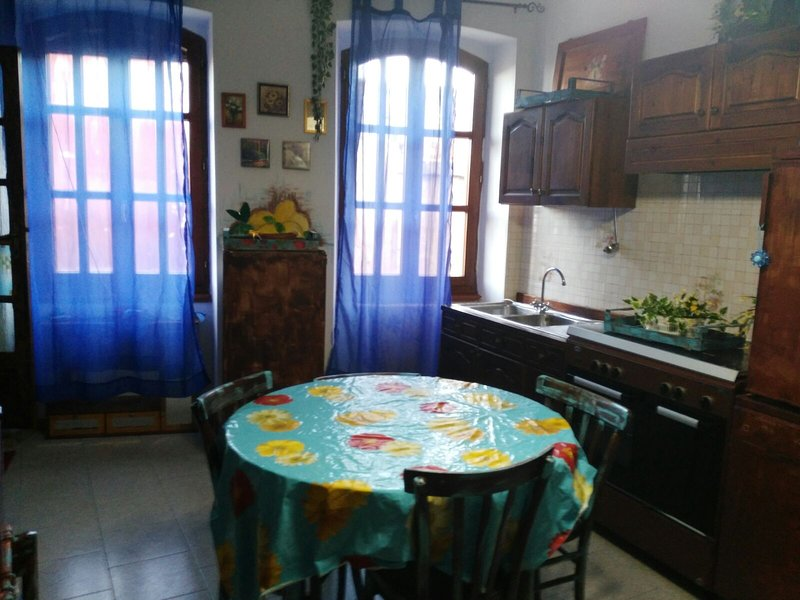Beautiful apartment with garden, location de vacances à Fluminimaggiore