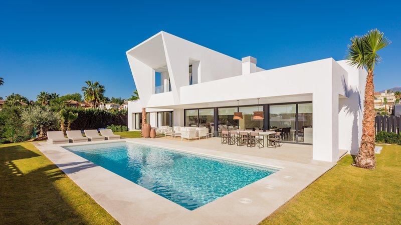 Villa El Paraíso: Contemporánea villa cerca de Puerto Banus y playa en Marbella, vacation rental in Benamara