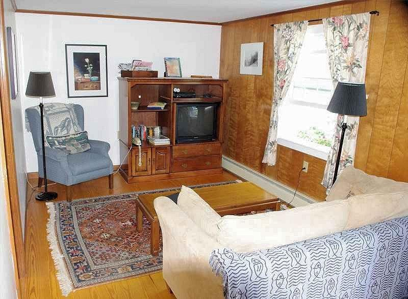 Living room with cable TV and Wi-Fi Internet access