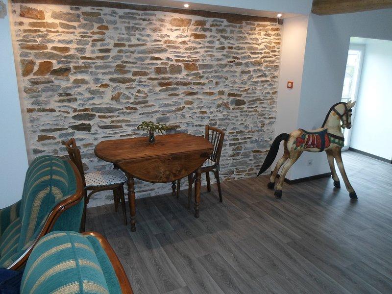 Chambre triple supérieure à 15 mn du Mont St Michel, holiday rental in Antrain