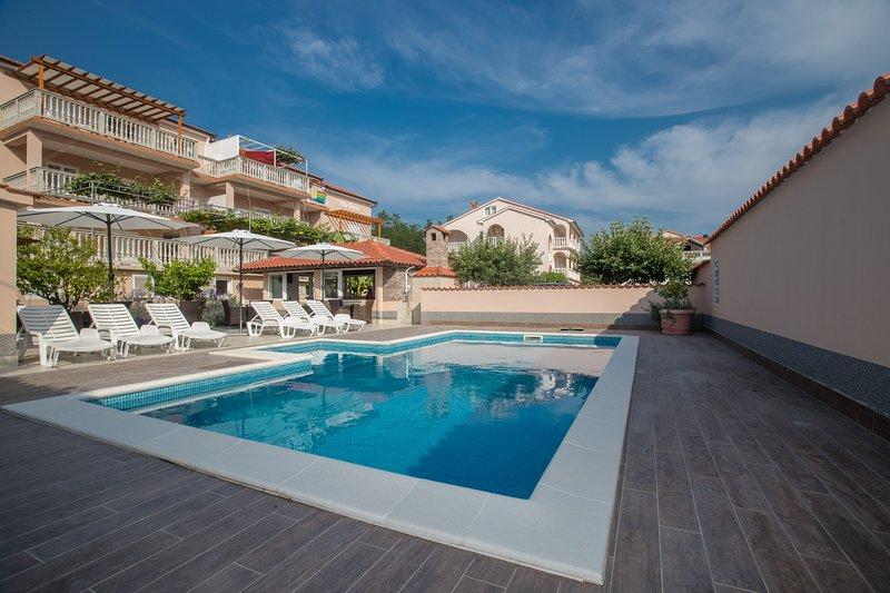 Appartamenti Dania - Davanti alla proprietà - piscina