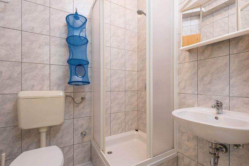 SA2 (2): baño con inodoro.