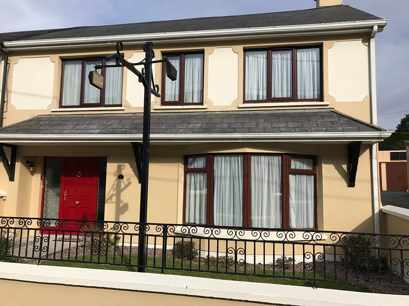 Killarney Premium  Town House - Ideally Located  - FREE Parking and WiFi, holiday rental in Kilcummin