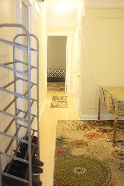 Amplio hall de entrada / pasillo entre las habitaciones.