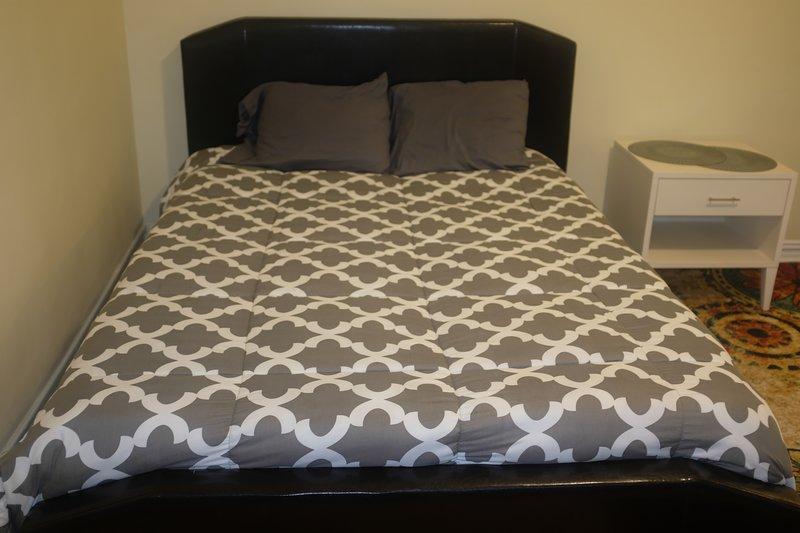 habitación gigantesca tiene un montón de luz natural y una cama de matrimonio nueva con colchón de espuma de memoria.