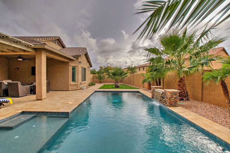 'Romano Palms Retreat' w/ 2,000 Sq Ft & Waterfall!, alquiler vacacional en Queen Creek