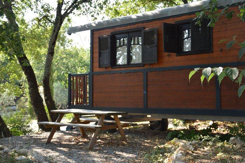 Roulottes gîte pour 2 à 5 pers à Vogüé proche rivière, holiday rental in Lanas