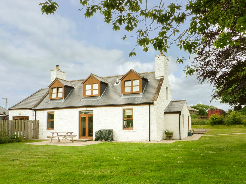 DRUMFAD COTTAGE, woodburning stove, lawned garden, open-plan, Ref 977427, holiday rental in Isle of Whithorn
