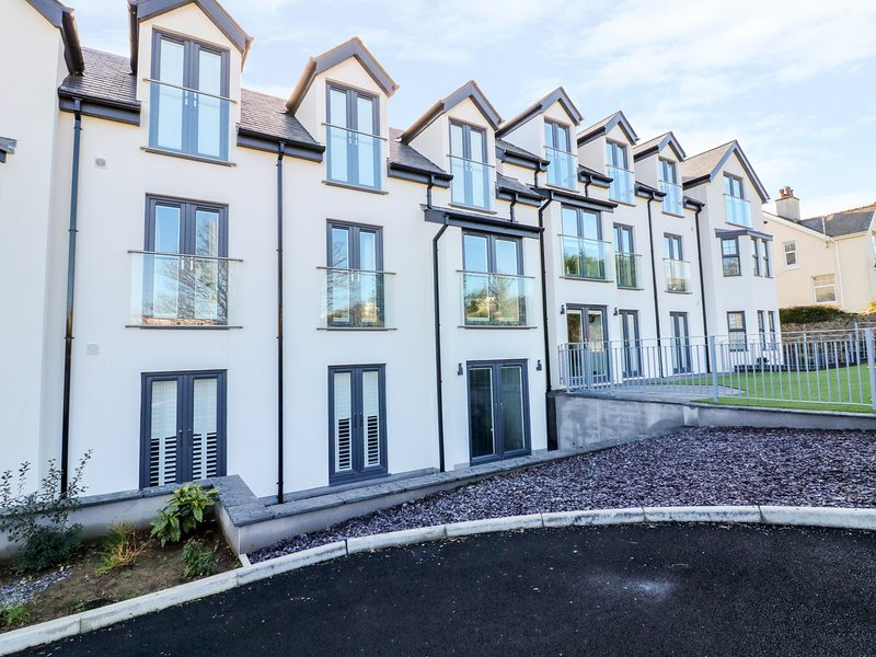 6 BAY VIEW, open-plan, luxury living, private grounds, in Benllech, vacation rental in Benllech