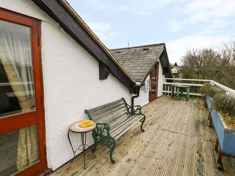 HILLFORT, shared decking, Ruthin 3 miles, WiFi, Ref 972056, holiday rental in Llanferres