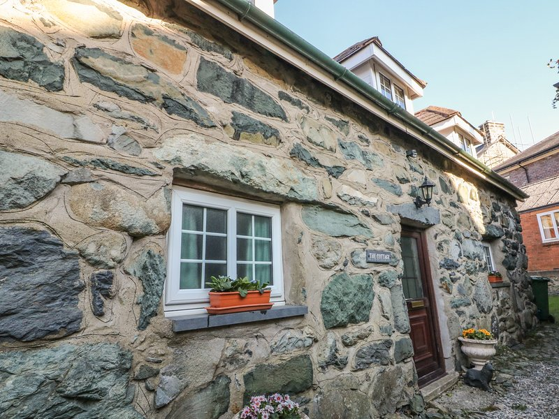 THE COTTAGE, woodburner, character features, exposed beams, Ref 971255, holiday rental in Llanelltyd