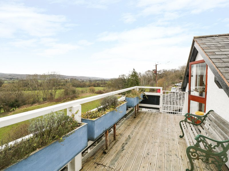 HEATHER, open-plan living, decking, pub downstairs, Ref 944323, Ferienwohnung in Llanbedr Dyffryn Clwyd