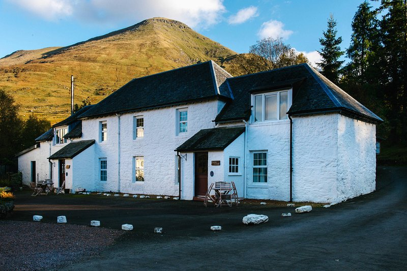 Beautiful 5 star traditional Scottish cottage with mountain views sleeps up to 5, holiday rental in Tyndrum
