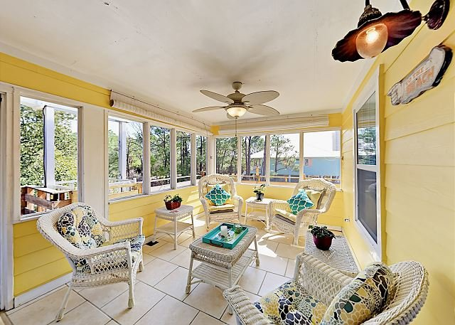 Pet-Friendly Retreat w/ Outdoor Living Spaces & Guest Cottage - Walk to Beach, alquiler de vacaciones en Gulf Shores