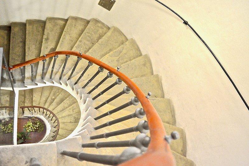 600 anos de idade arenito escada em espiral. 1º e 2º andar Apartamento conectado com elevador ou escadas.