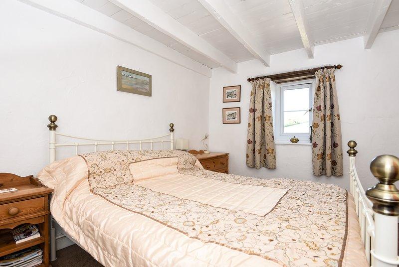 Slaapkamer met raam oog op voortuinen