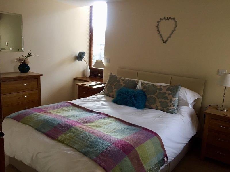 chambre au rez-de-chaussée avec poche king size jailli lit, draps de percale. Serviettes fournies