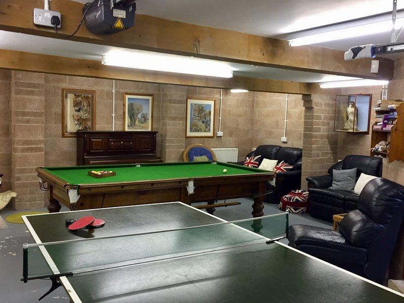 Salle de jeux avec table de billard 3/4, tennis de table, fléchettes, piano et jeux de société. Un vrai bonus!