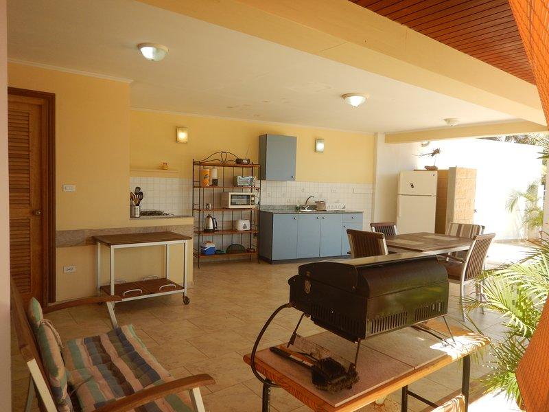 Cozinha com churrasco vista para o mar Um apartamento
