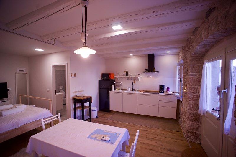 TeGo's Stone House Komiza, holiday rental in Podhumlje
