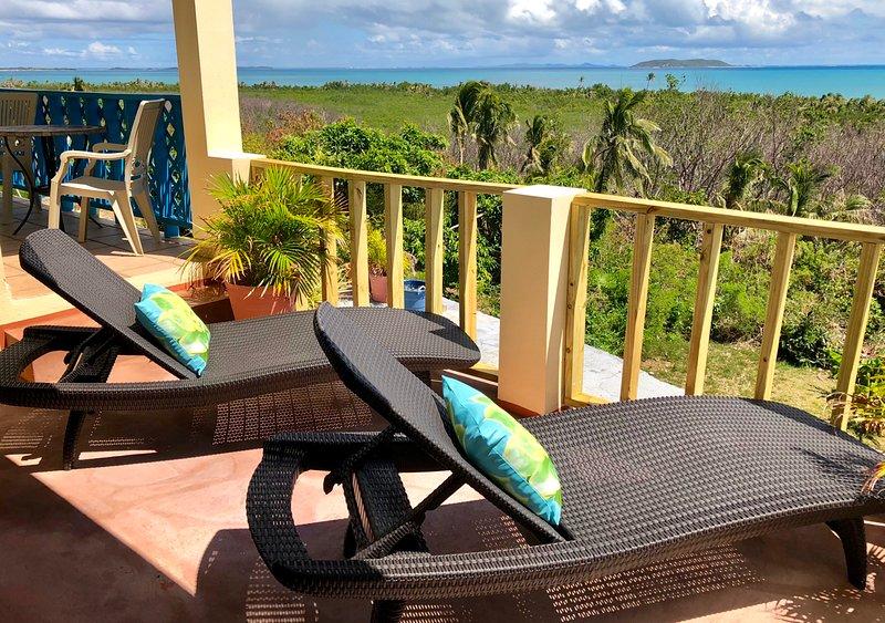 Disfrutar del sol tropical y espectaculares vistas al mar Caribe desde relajante Sillas Chaise Lounge