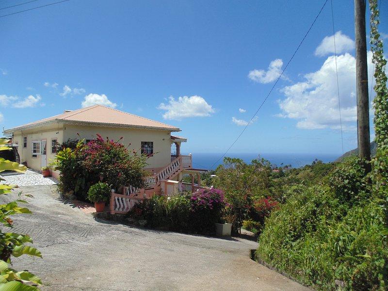 Piton Vista Villa enclavada en la cima de una colina con vistas espectaculares del mar Caribe