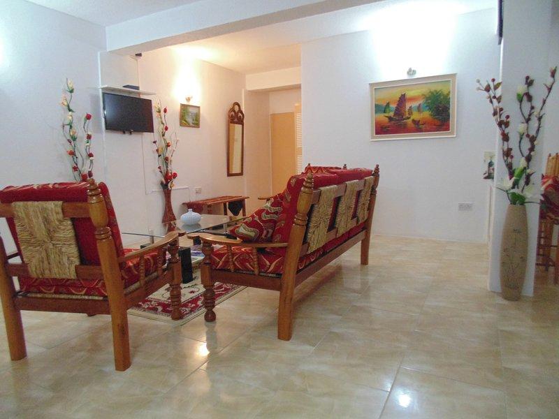 sala de estar grande con un montón de espacio para relajarse de verdad después de un duro día de turismo.