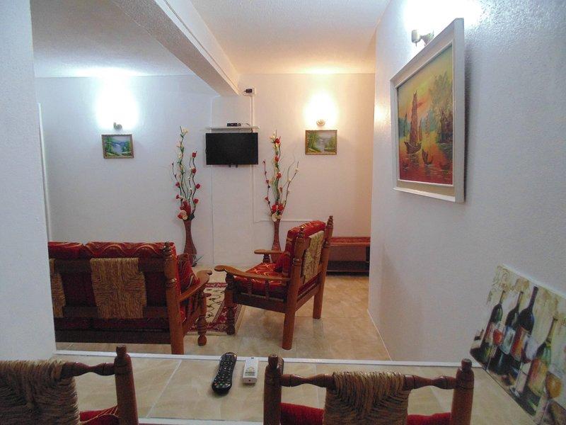 Salón muy grande con un montón de espacio para relajarse de verdad después de un duro día de turismo.