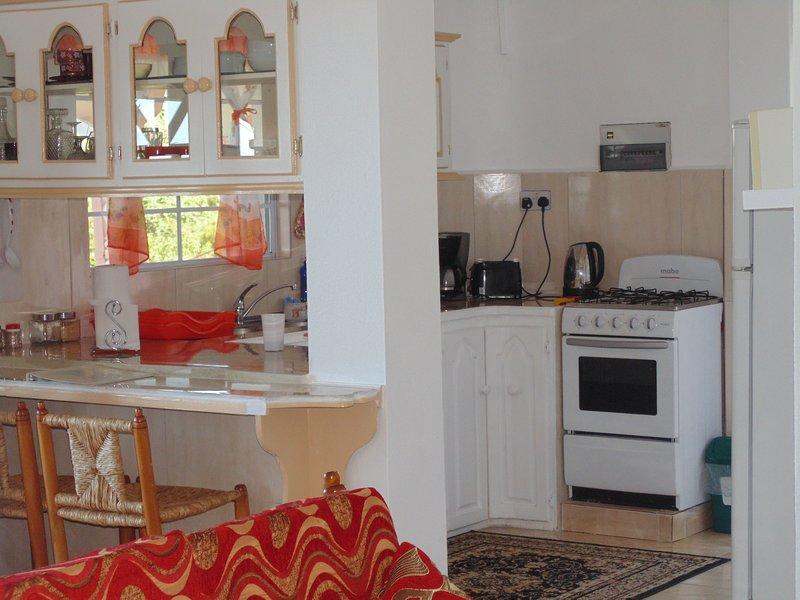 Vista desde el salón a la cocina totalmente equipada.