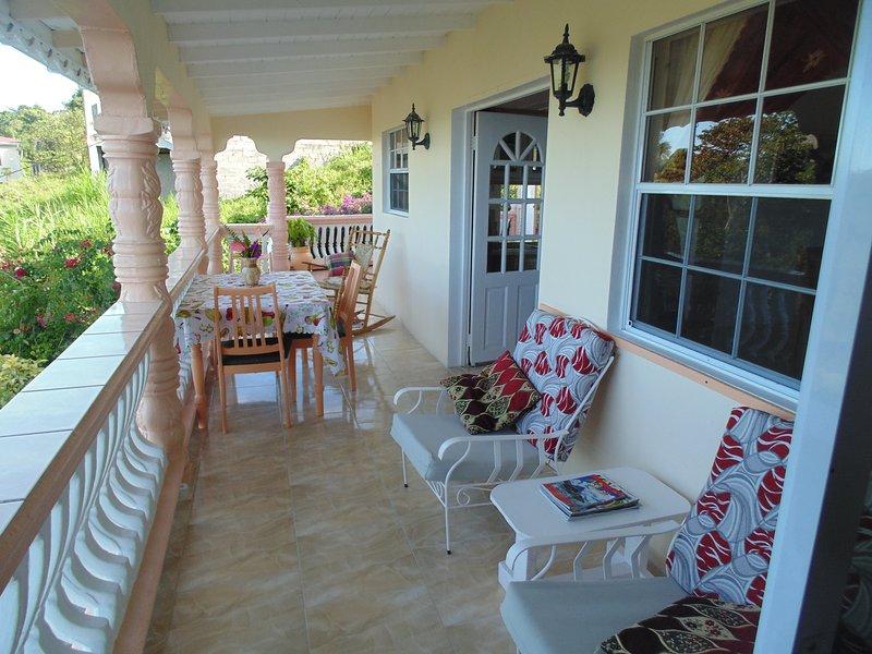 Tiempo para relajarse en el amplio balcón amplio y patio.