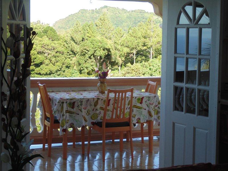 La hora del desayuno en su amplio balcón ..