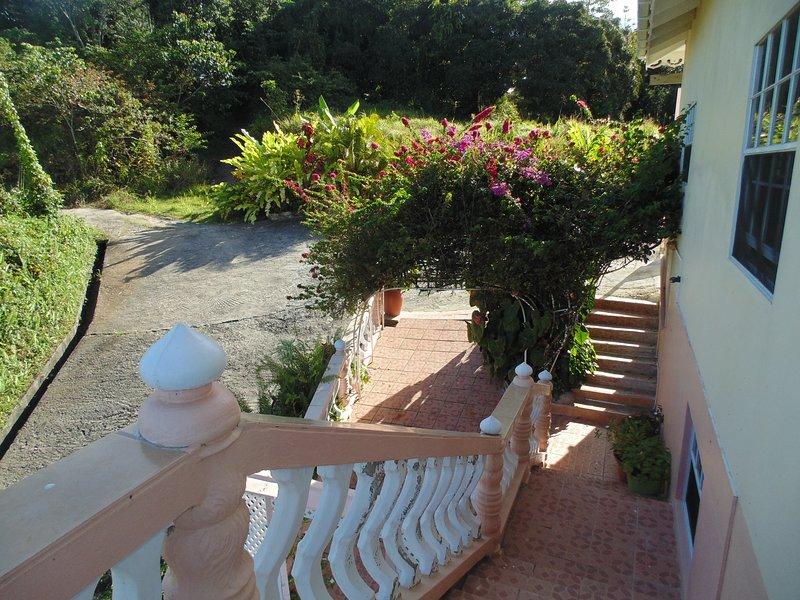 entrada lateral a Piton Vista Villa.
