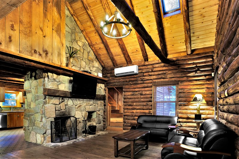 Riverfront Cozy Rustic Cabin, holiday rental in Dingmans Ferry