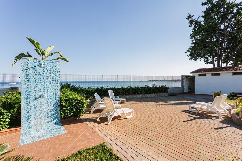 Sulla spiaggia, Villa Calliope - Blue apartment, holiday rental in Fontane Bianche