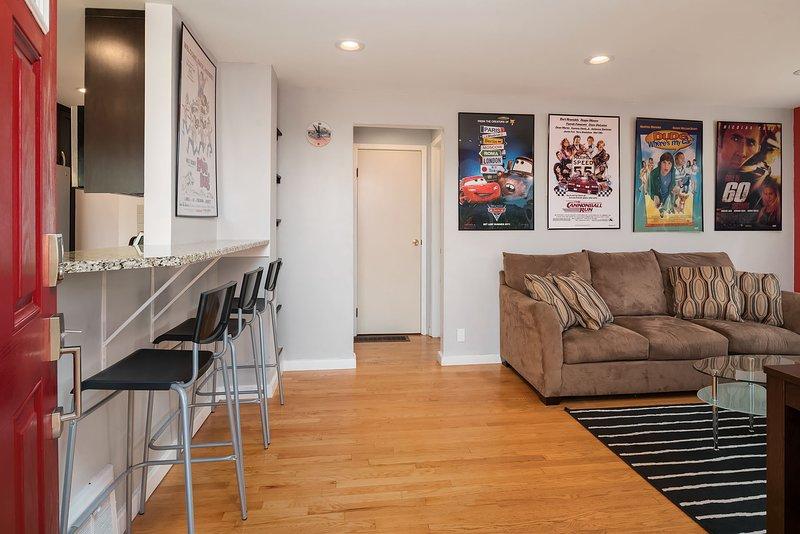 La sala de estar de concepto abierto es luminosa y moderna