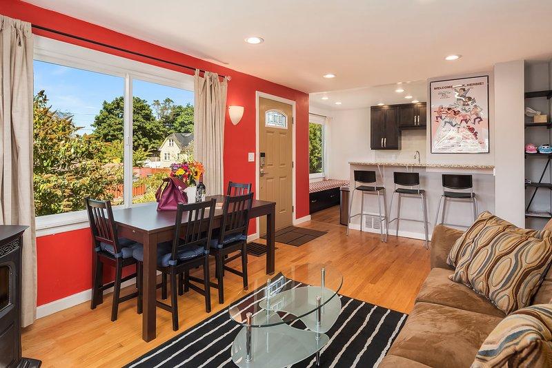 La sala de estar de concepto abierto y la cocina garantizan que nadie quede fuera de la conversación