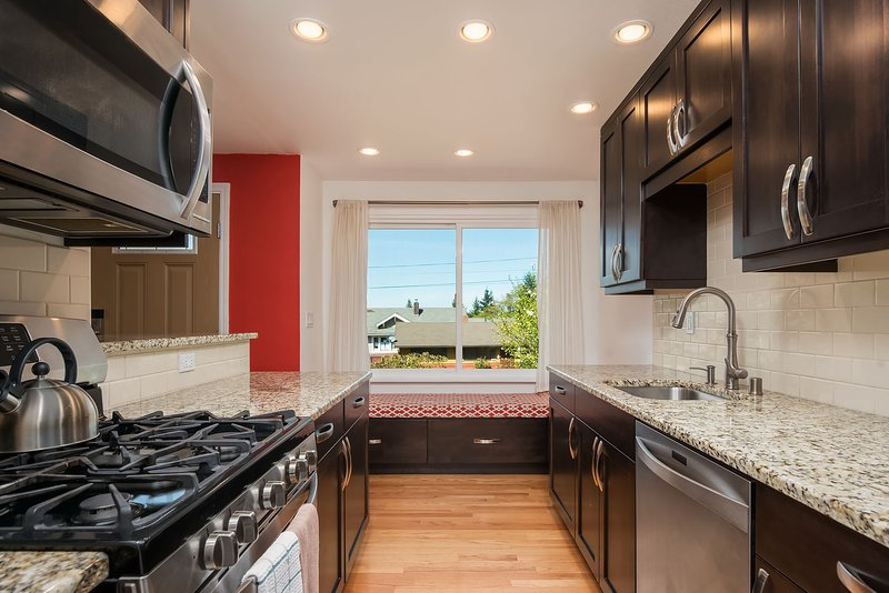 La cocina también incluye un pequeño desayunador / asiento de ventana