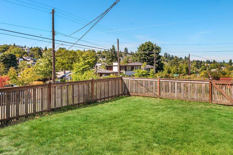 Oasis urbano! Esta casa tiene un patio cercado donde a los niños les encantará correr.