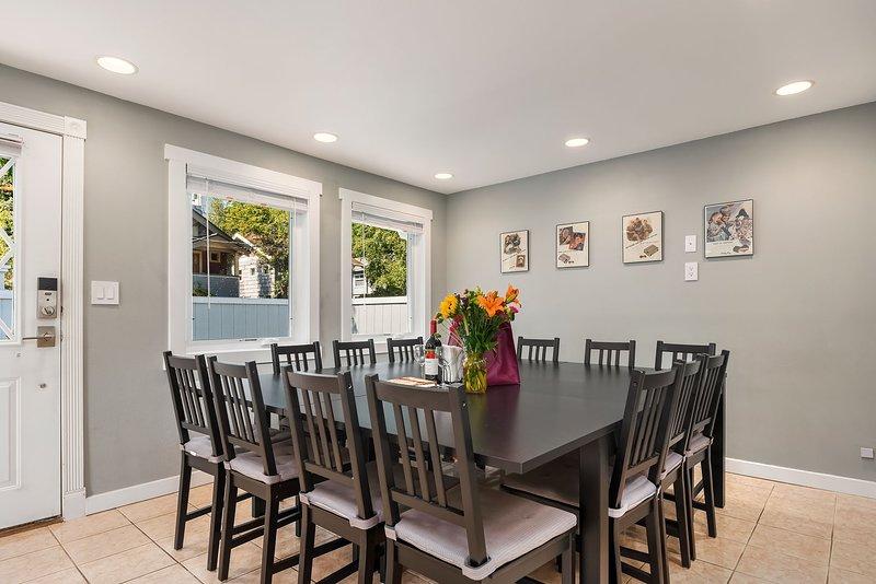 La mesa de comedor es la pieza central de esta casa, con una mesa para 14 y sillas plegables adicionales disponibles