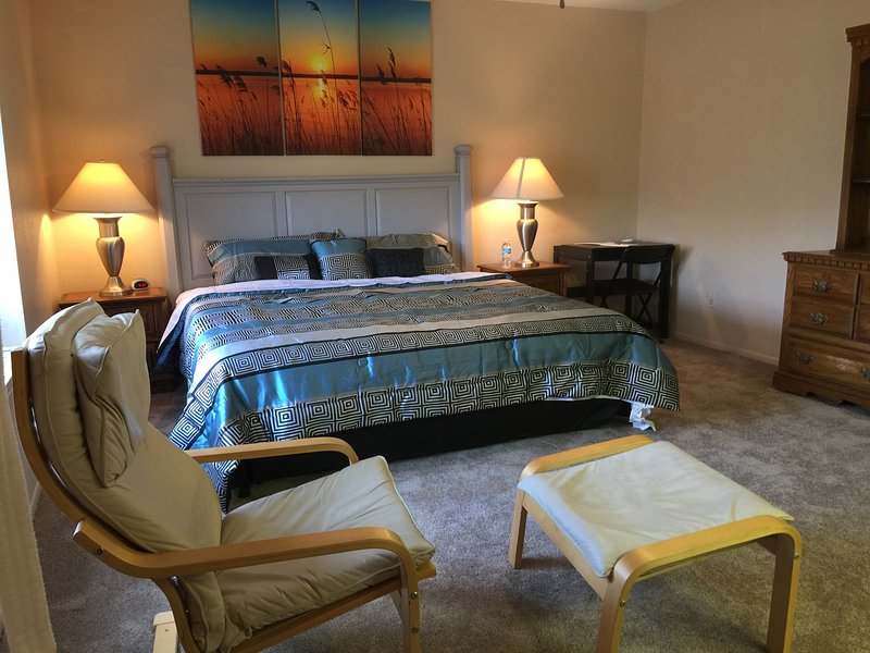 King and Queen Size bed in Hill Country just minutes from Six Flags and Boerne, holiday rental in San Antonio