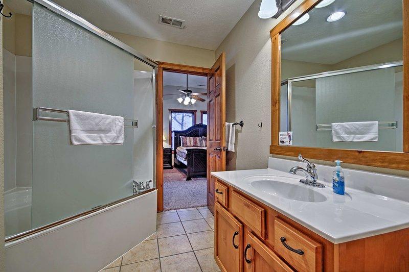 Préparez-vous pour une nuit sur la bande dans cette grande salle de bains.