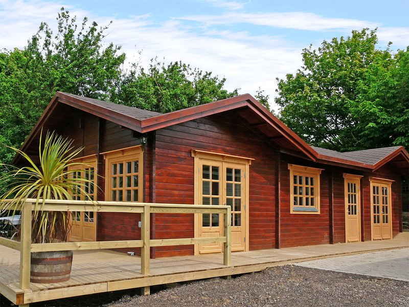 ST HILDA'S LODGE, pet-friendly, hot tub, in Hinderwell, Ref 3650, holiday rental in Hinderwell