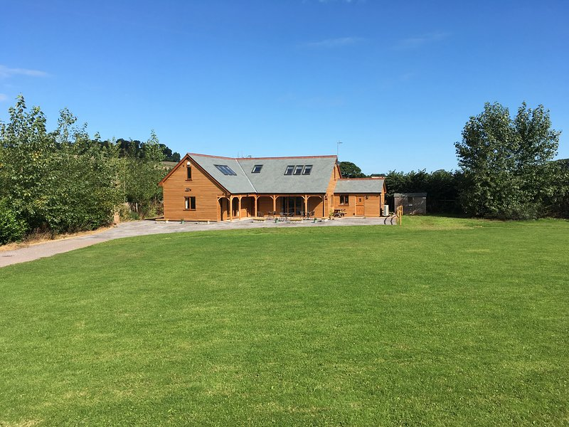 RIVERSIDE LODGE, en-suite bedrooms, pet friendly, Ref 976920, holiday rental in Watchet