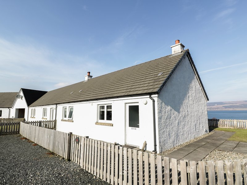 POPPIES COTTAGE, romantic retreat, sauna, woodburner, dogs welcome, terrace, holiday rental in Isle of Mull